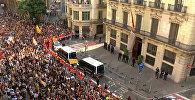 Пожарные выстроились в живую стену между полицией и протестующими в Барселоне