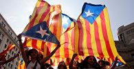 Демонстранты с флагами в поддержку независимости Каталонии
