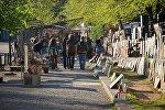 Туристы гуляют по центру Тбилиси, осматривая работы художников у Сухого моста