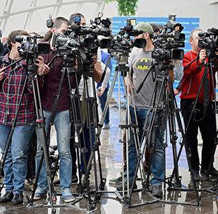 Операторы грузинских телеканалов перед началом брифинга в парламенте Грузии
