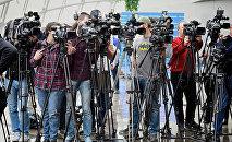 ქართული ტელეარხების ოპერატორები პარლამენტში ბრიფინგის დაწყების წინ