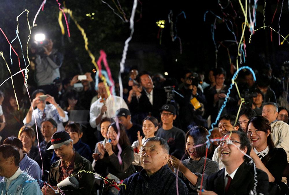 იაპონიაში დაბადებული ბრიტანელი კაძუო ისიგუროს თაყვანისმცემლები აღნიშნავენ მისთვის ნობელის პრემიის გადაცემას ლიტერატურის სფეროში