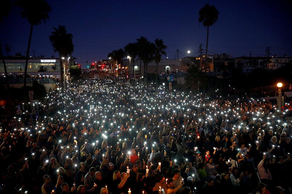 ხალხს სანთლები და ფანრები უჭირავთ ხელში რახელ პარკერისა და სენდი კეისის სახსოვრად, რომლებიც ლას-ვეგასში მუსიკალურ ფესტივალზე სროლას შეეწირნენ, მანჰეტენის სანაპირო, კალიფორნია