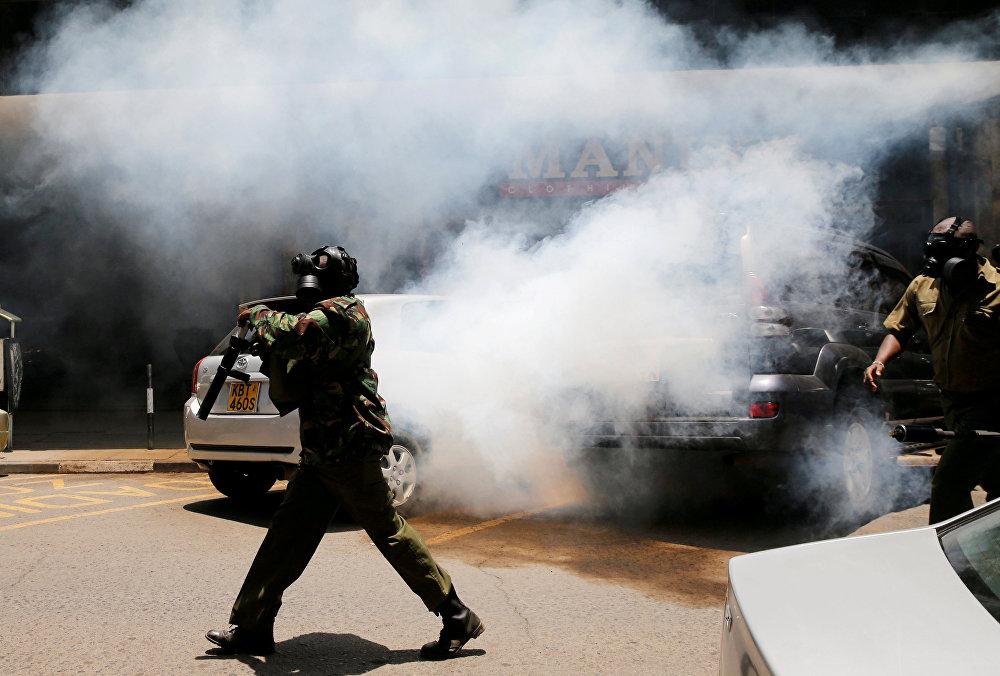 პოლიციელები იყენებენ ცრემლსადენ გაზს, რათა ოპოზიციის მომხრეების საპროტესტო აქცია დაშალონ, ნაირობი, კენია