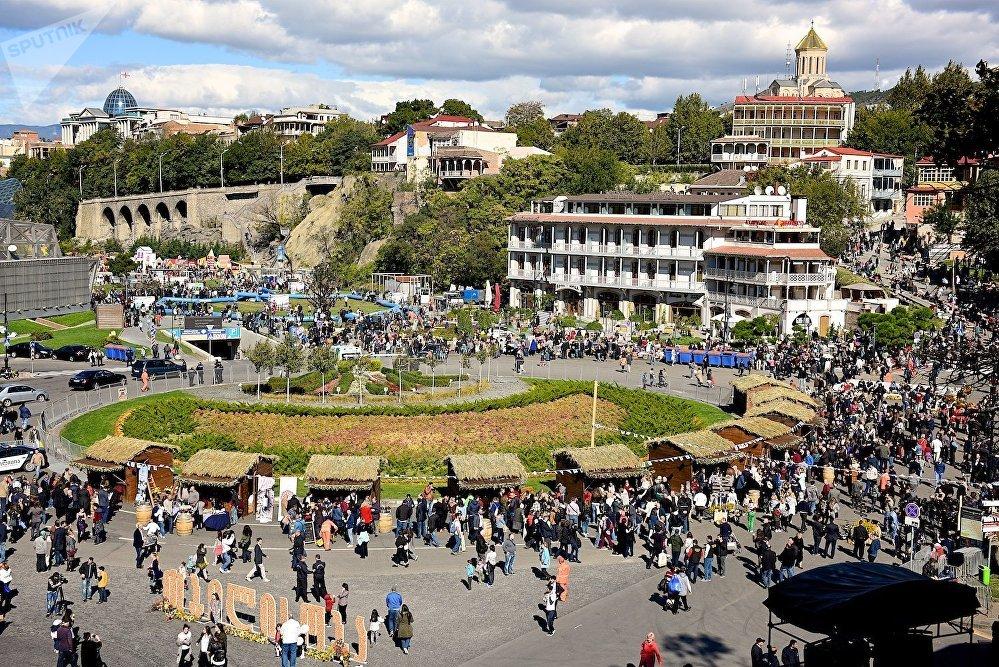 Тбилиси празднует свой день рождения - смотрите, сколько гостей собралось на праздник.