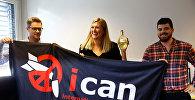 Беатрис Фин, исполнительный директор Международной кампании по уничтожению ядерного оружия (ICAN), получает бутылку шампанского от своего мужа Уильма Фимма Рамзая (справа) рядом с Даниэлем Хогста