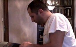 Парень играет композиции Гии Канчели