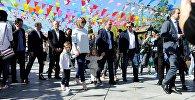 Мэр Тбилиси Давид Нармания вместе с семьей прогулялся по исторической части Тбилиси, где отмечают Тбилисоба 2017