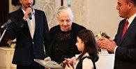 Директор Дома-музея Ильи Чавчавадзе Мзия Надирадзе и мэр Тбилиси Давид Нармания на церемонии награждения