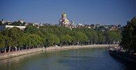 Набережная Тбилиси с видом на собор Святой Троицы - Самеба