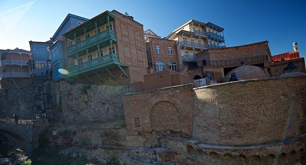 Старые дома в районе Абанотубани в историческом центре Тбилиси