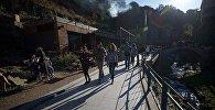 Люди гуляют по ущелью Легвтахеви в центре грузинской столицы
