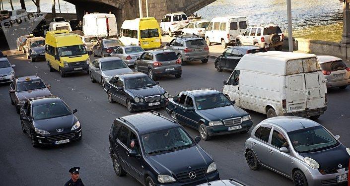 Машины заполняют проезжую часть дороги вдоль набережной Куры в Тбилиси