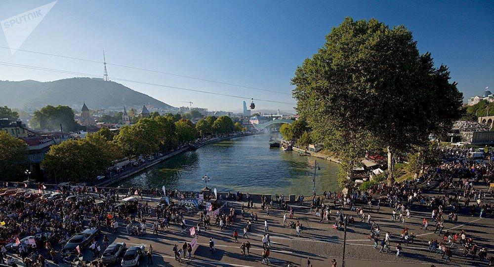 Люди на Метехском мосту в дни проведения праздника столицы Грузии Тбилисоба