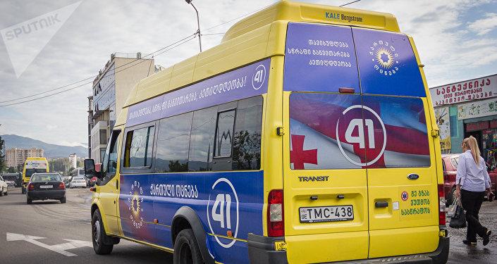 Предвыборные плакаты, размещенные на одном из маршрутных микроавтобусов