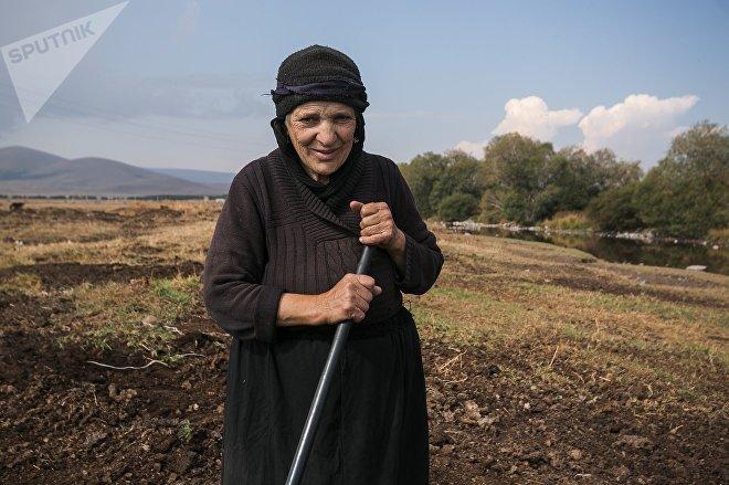 Пожилая женщина с косой