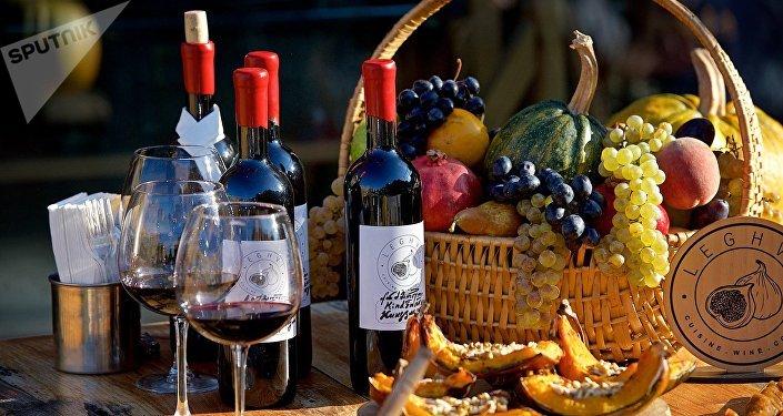 Грузинское вино, сладости и фрукты