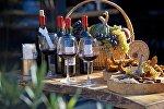 Грузинское вино, сладости и виноград