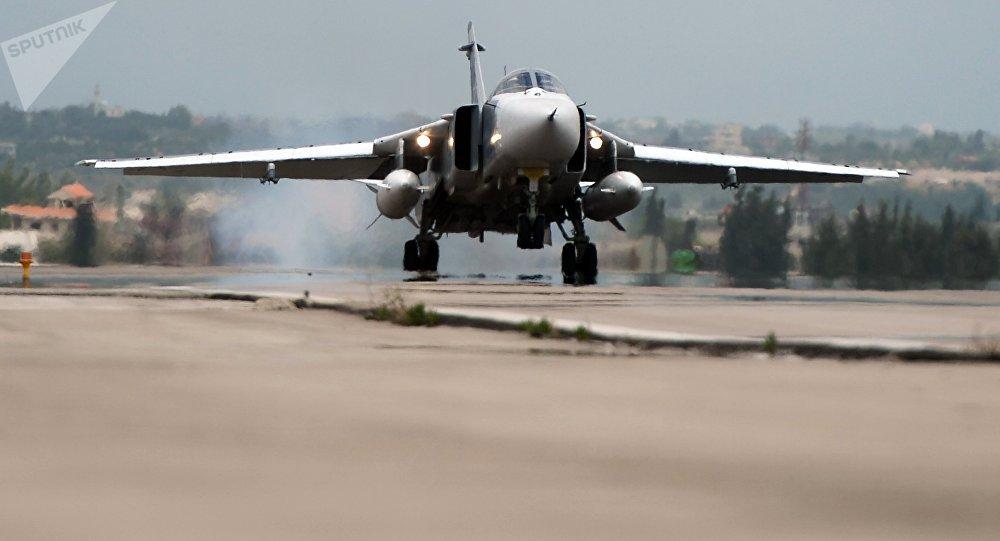 Российский самолет Су-24 совершает посадку на авиабазе Хмеймим в Сирии
