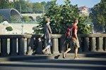 Туристы гуляют по набережной в Тбилиси
