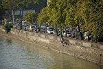 Машины на набережной Тбилиси в пробке