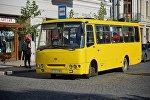 Пассажирский автобус на остановке в грузинской столице