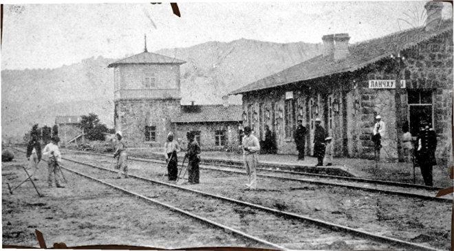 მგზავრები ლანჩხუთის რკინიგზის სადგურზე მატარებლის მოლოდინში