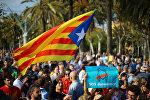Участники демонстрации за независимость Каталонии на улицах Барселоны