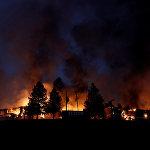 Дым и пламя поднимаются над сгоревшим отелем Hilton Sonoma Wine Country в Санта-Розе, Калифорния, США