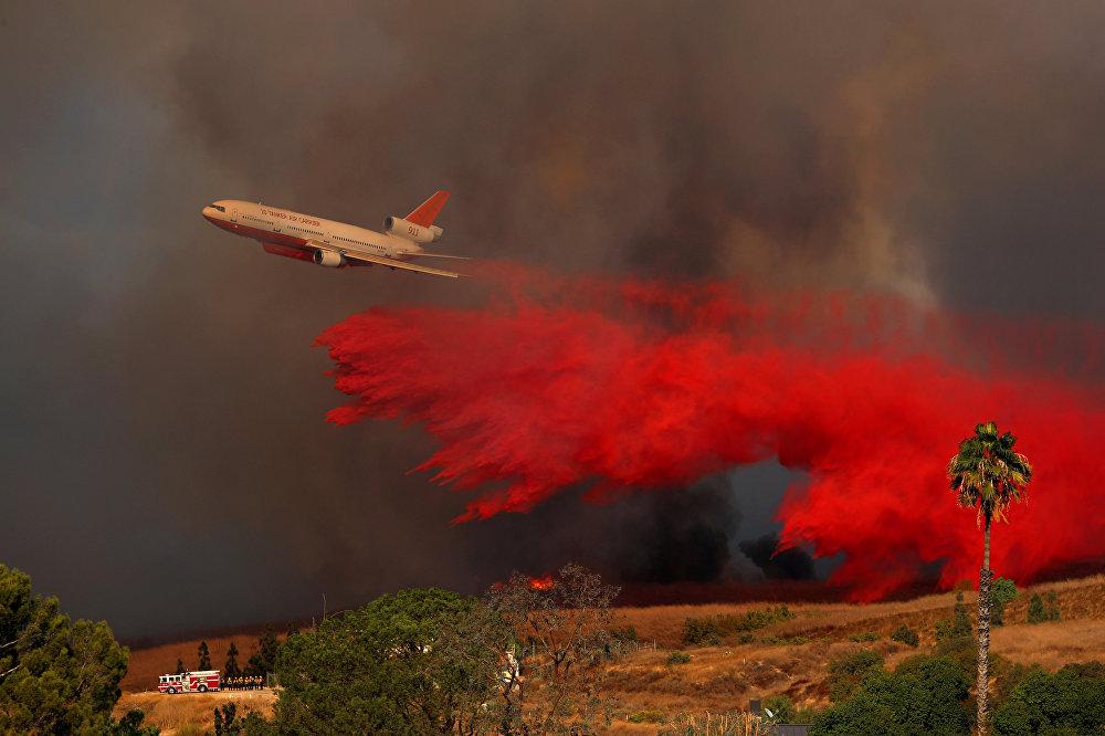 სახანძრო თვითმფრინავი DC-10 ხანძრის ჩასაქრობად ტონობით წყალს ასხამს კალიფორნიის ტყეში
