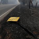 Огонь уничтожил не только жилые дома и разные здания, но также нанес огромный ущерб инфраструктуре штата. Это фото сделано на шоссе 12 в Калифорнии