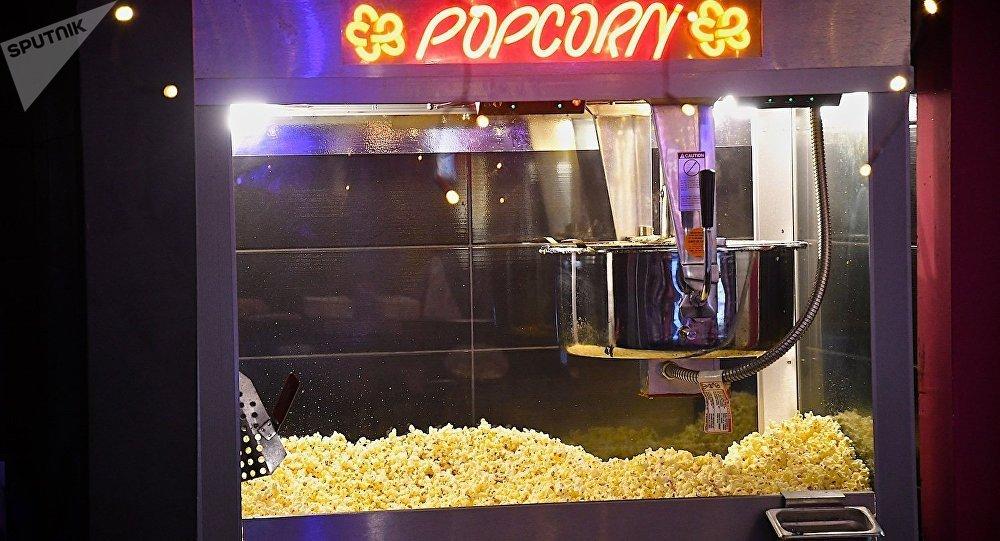Аппарат для изготовления попкорна в одном из тбилисских кинотеатров