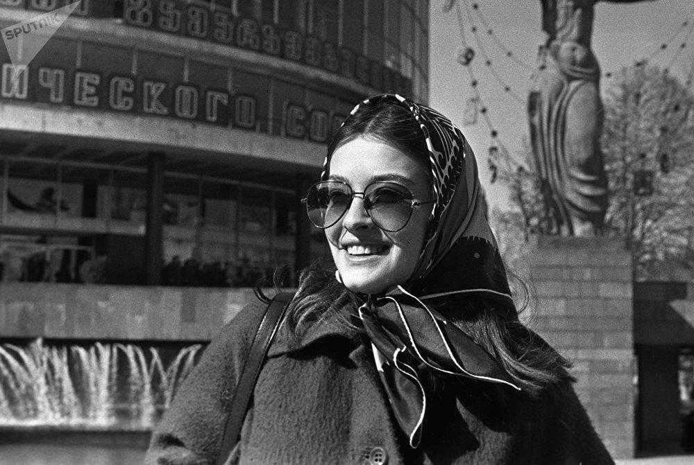 მსახიობი ლიკა ქავჟარაძე ფილარმონიის დიდ საკონცერტო დარბაზთან