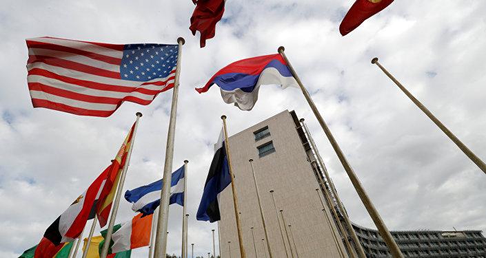 Флаг США перед штаб-квартирой ЮНЕСКО в Париже