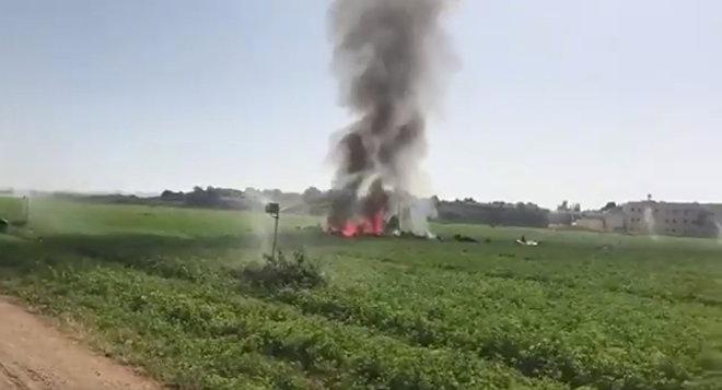 Дым из обломков боевого самолета Eurofighter после того, как он разбился около военной базы в Альбасете, в юго-восточной Испании
