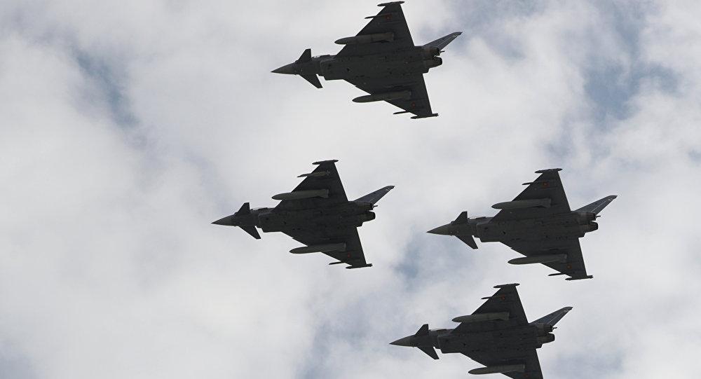 Самолеты Eurofighter принимают участие в праздновании национального праздника Испании в Мадриде, Испания