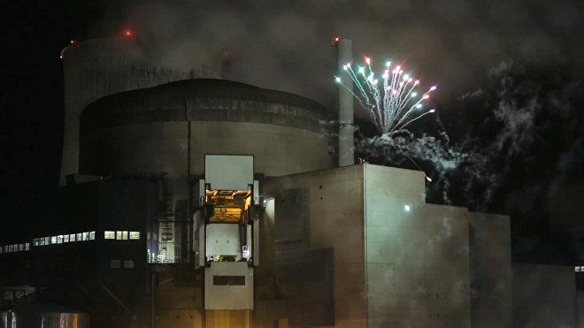 Фейерверк, запущенный активистами Greenpeace на территории атомной электростанции Каттеном на северо-востоке Франции