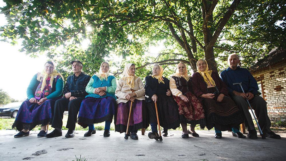 Певчие пришли на поминки в традиционной одежде духоборцев