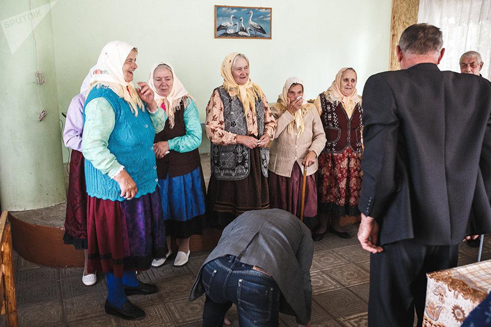 Мужчины, родcтвенники и друзья Василия Елецкого, на коленях благодарили певчих после обряда