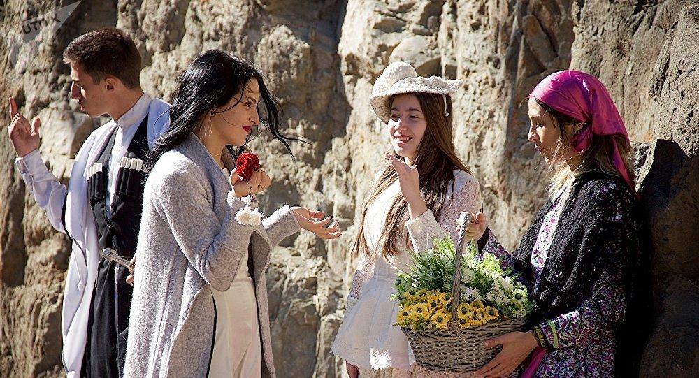 Девушки в старинных платьях на празднике Тбилисоба