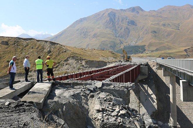 Старый и новый мосты на дороге в направлении границы Грузии с РФ