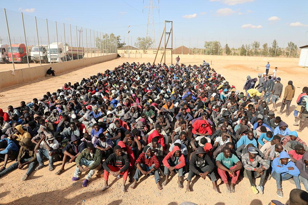 Сотни мигрантов ждут решения своей судьбы в лагере в Гарьяне, Ливия