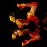 Танцовщица кабаре Crazy Horse Paris на демонстрации программы Forever Crazy для СМИ в Сингапуре