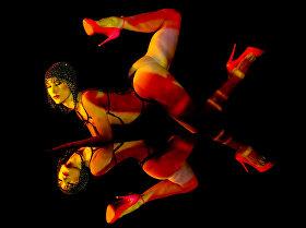 Танцовщица кабаре Crazy Horse Paris на репетиции программы Forever Crazy во время предварительного просмотра в СМИ в Сингапуре