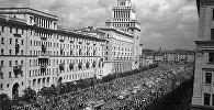 Москва впервые приняла VI фестиваль в 1957 году.  Делегаты VI Всемирного фестиваля молодежи и студентов отправляются на Центральный стадион имени В.И. Ленина, который был открыт специально к ВФМС
