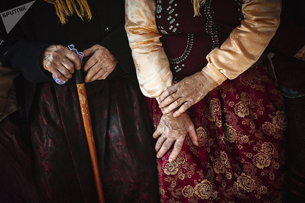 Традиционная одежда духоборцев украшена яркими узорами