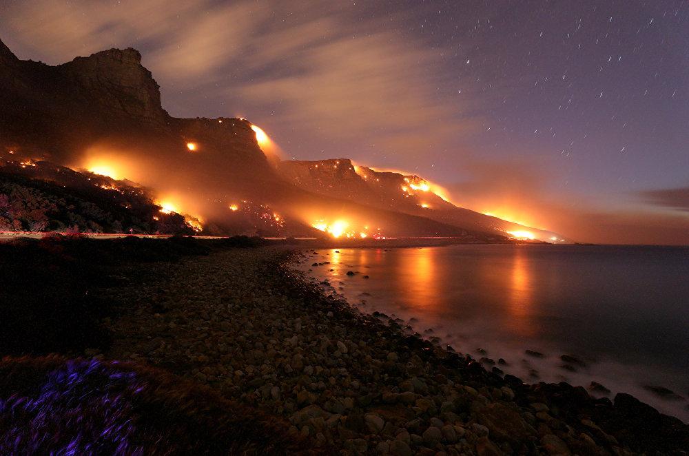 Огромные территории оказались охвачены лесным пожаром у Кейптауна, Южная Африка