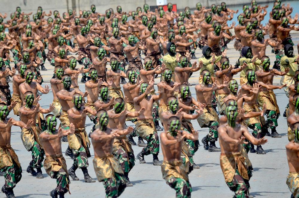 Индонезийские солдаты демонстрируют свои боевые навыки в порту Баранг Инда Кьят во время военного парада