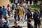 Туристы гуляют по территории храма Светицховели во Мцхета