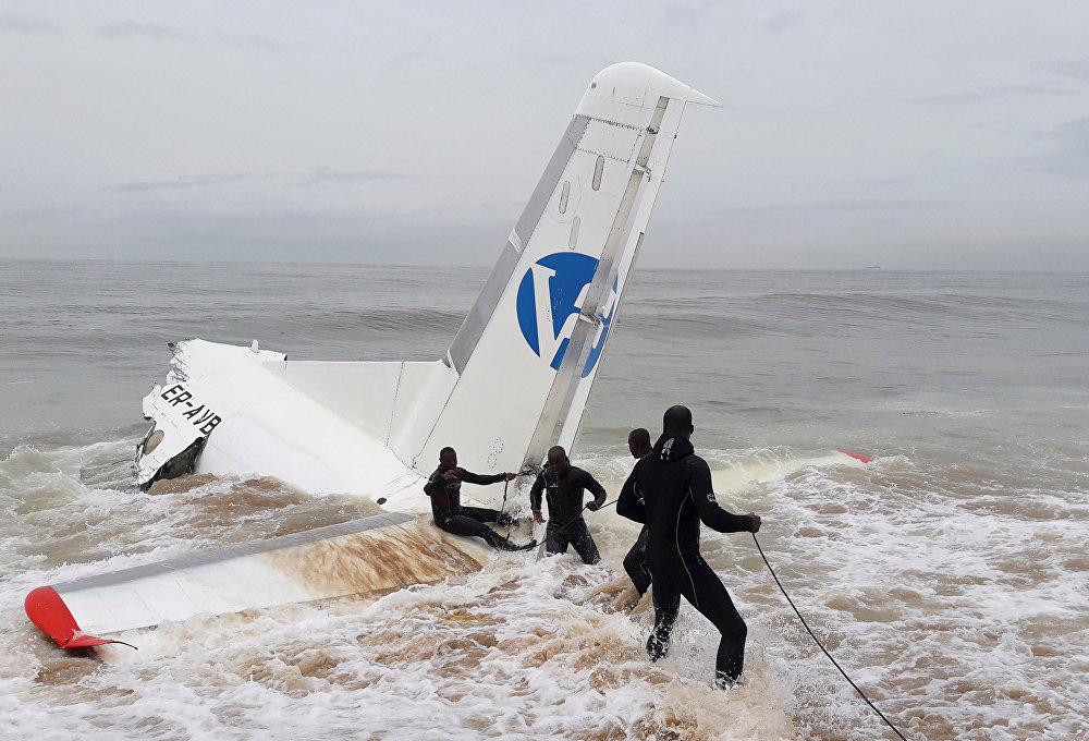 В Кот-д'Ивуаре на океанском побережье потерпел катастрофу грузовой самолет Ан-26. На фото - спасатели работают на месте катастрофы